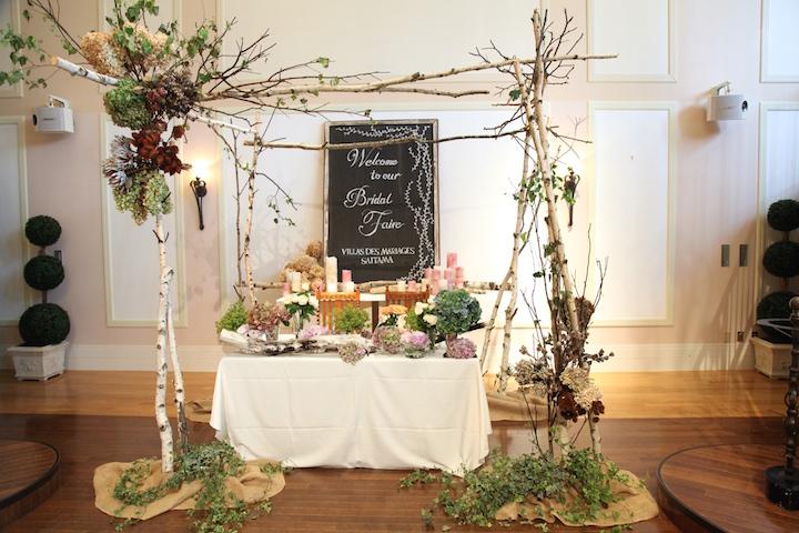 パリのマルシェ風にエントランスをお花で装飾! なんと結婚式が終わったら帰りにここのお花を花束にして持って帰れます。